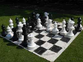 Giant_chess_set_at_Pontefract_Castle